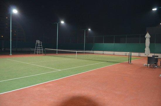 Shangri-La Hotel,Bangkok : Un cours de tennis sur le toit