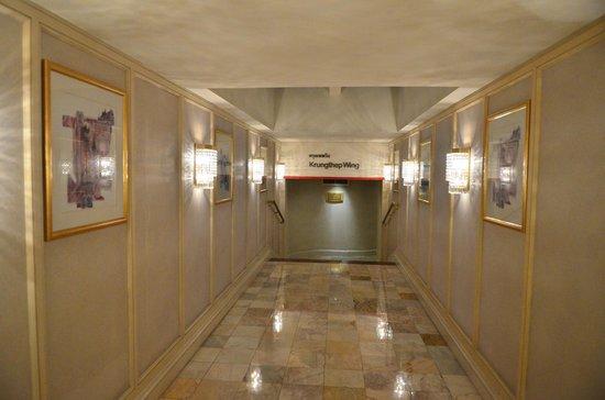 Shangri-La Hotel,Bangkok : Les couloirs de l'hôtel sont immenses