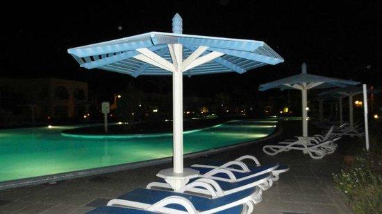 Ali Baba Palace: The pool at night