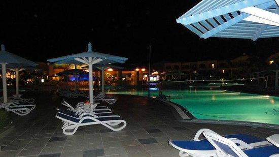 Ali Baba Palace: The pool and pool bar at night