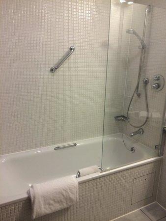 De Vere Devonport House: Clean modern bathroom