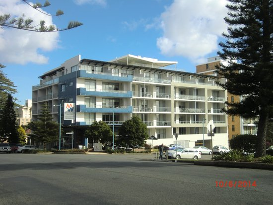 Macquarie Waters Hotel & Apartments: Street view of Macquarie Waters