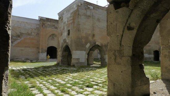 Agzikarahan Hani: Courtyard