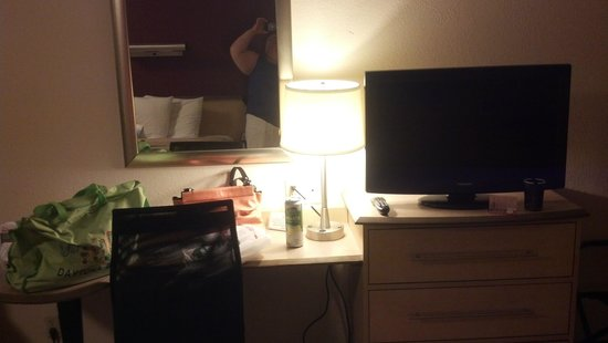 Red Roof Inn Charleston - Kanawha City: desk, tv