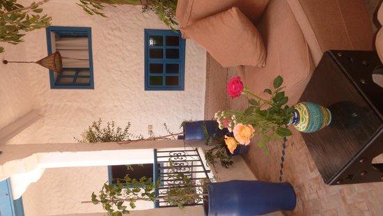 Riad Al Madina: des roses sur notre table extérieur