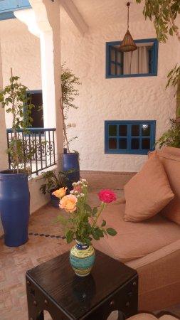 Riad Al Madina : des roses sur notre table extérieur