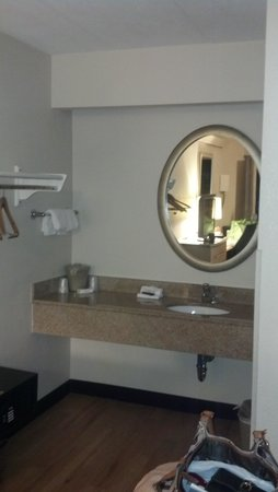 Red Roof Inn Charleston - Kanawha City: vanity area outside of bathroom
