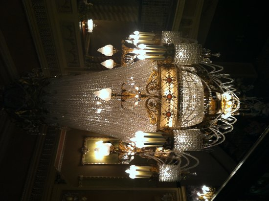 Genesee Theatre: Chandelier in lobby