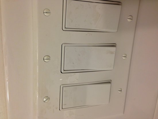 Maison St. Charles Hotel and Suites: Dirty light switches