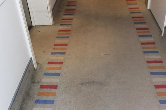 The Britannia Nottingham Hotel: hall carpeting by elevator