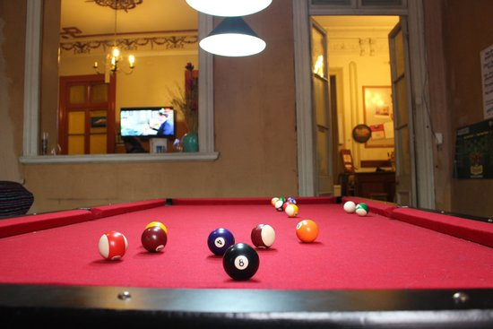 La Casa Roja Hostel: Billiard table
