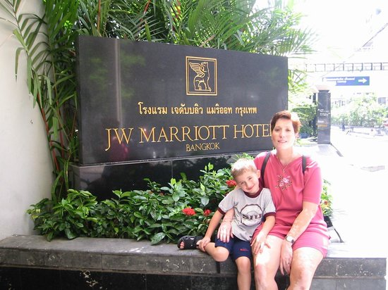JW Marriott Hotel Bangkok: Entry from Soi 2