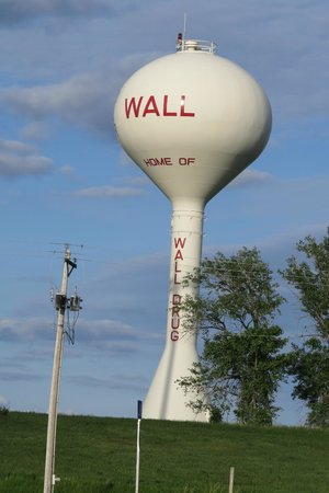 Frontier Cabins Motel: Wall Water Tower