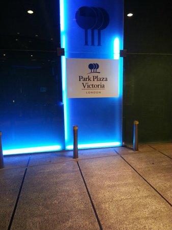 Park Plaza Victoria London : Entrance at night