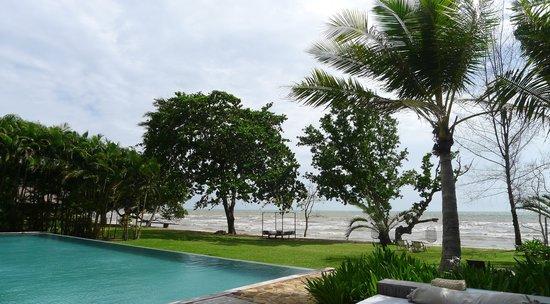Knai Bang Chatt : Swimming pool and grounds