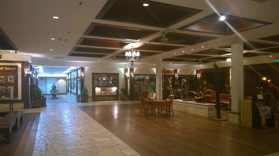 Damai Beach Resort: Lobby/Cafe Satang entrance
