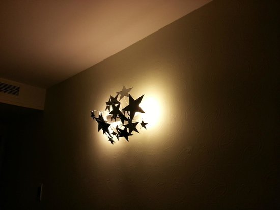 Hotel du Triangle d'Or: Hermoso detalle de luces en la habitación