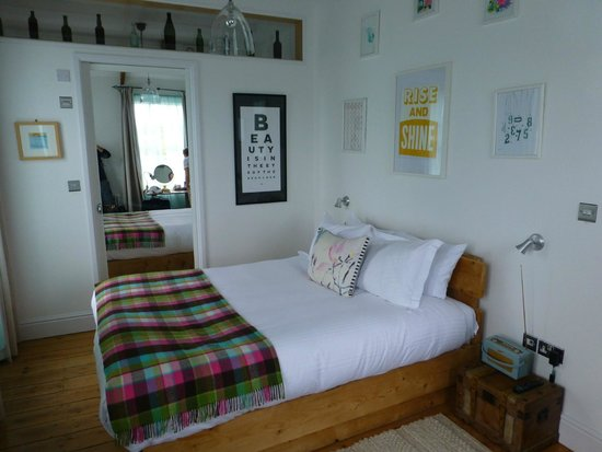 Artist Residence Cornwall: Camera da letto (il bagno è dietro la porta a specchio)