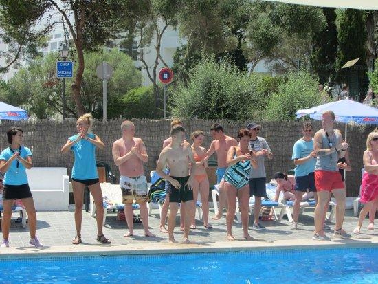 Gavimar Cala Gran Costa del Sur Hotel & Resort: The happy song/dance