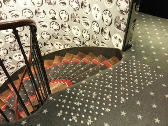 Hotel du Triangle d'Or: Paredes y alfombras muy personales