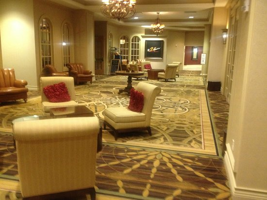 DoubleTree Resort by Hilton Hotel Lancaster: Sitting area near the restaurant