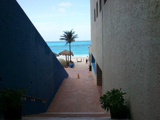 Club Regina Cancun: escaleras del lobby a la playa