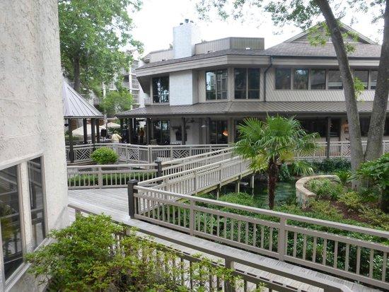 Omni Hilton Head Oceanfront Resort: Hotelbereich Übergang zum Restaurant