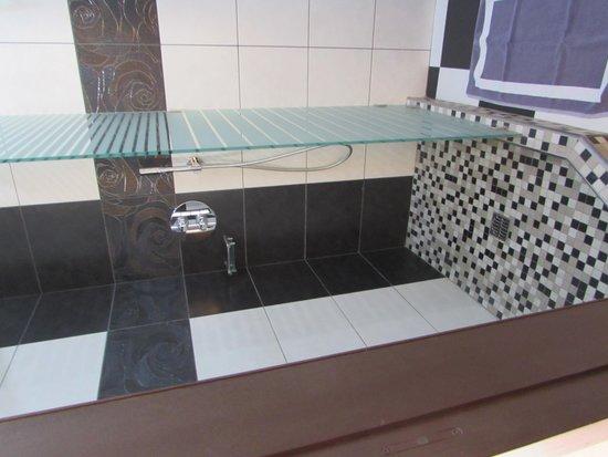 Hotel Tony: Modern Shower