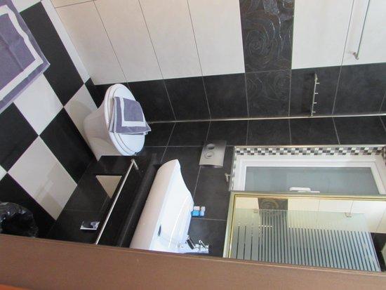 Hotel Tony: Shower