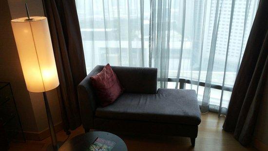 Hilton Kuala Lumpur: Sofa in bedroom