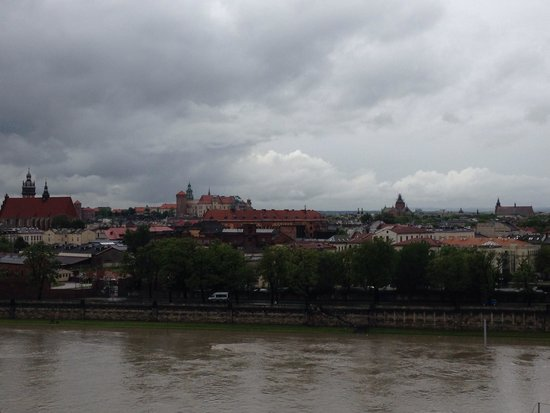 Qubus Hotel Krakow: View from the room on a wet day with the river in flood