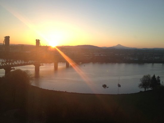 Portland Marriott Downtown Waterfront: Sunrise from our Room