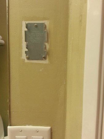 Motel 6 Harrisburg - Hershey North: Sharp metal edges and missing something here