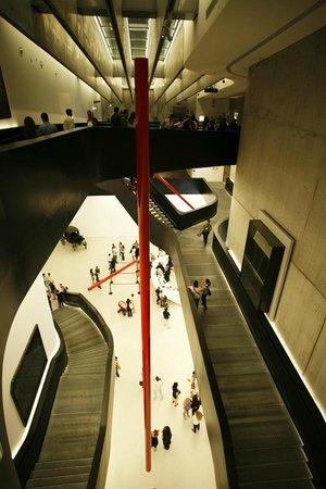 MAXXI - Museo Nazionale Delle Arti del XXI Secolo: sentieri aerei