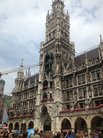 Hotel Vier Jahreszeiten Kempinski Munchen: The tower in the Marienplatz and location of the Glockenspiel show just a short walk from the Ke