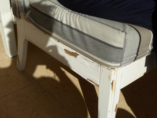 Thalassa Hotel: Hotel reception outside seating in need of painting