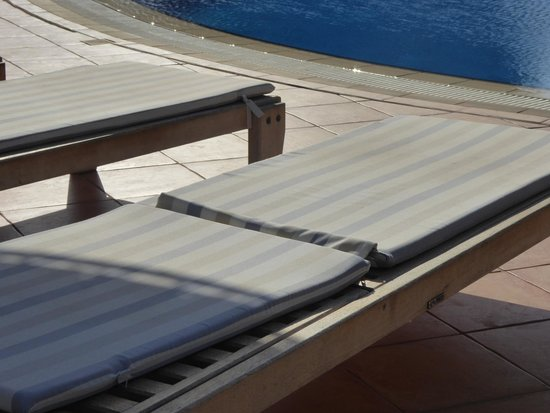 Thalassa Hotel: pool cushions filthy and very very thin