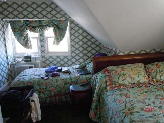 Bay View of Mackinac Bed & Breakfast : Third floor room with two beds