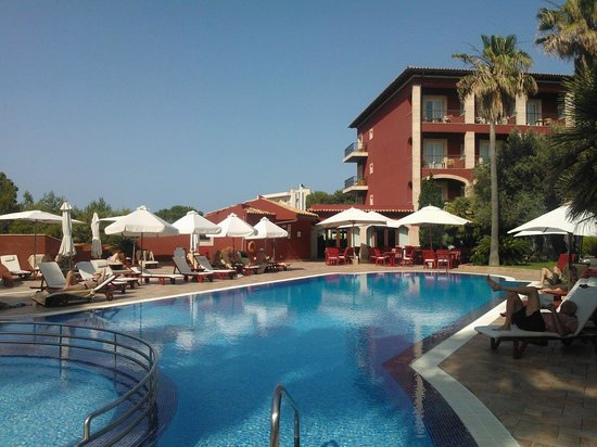 Hotel Cala Sant Vicenc: Relaxed pool area