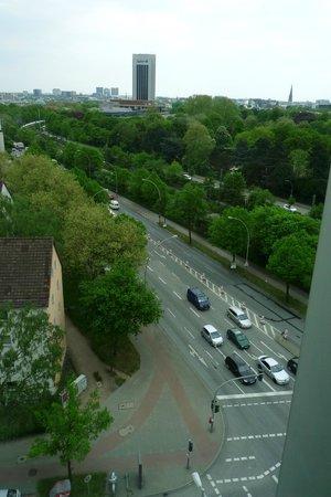 Mercure Hotel Hamburg Mitte: Zimmer 915, Blick auf 2 Hauptstrassen und die Bahnlinie vor der Tür