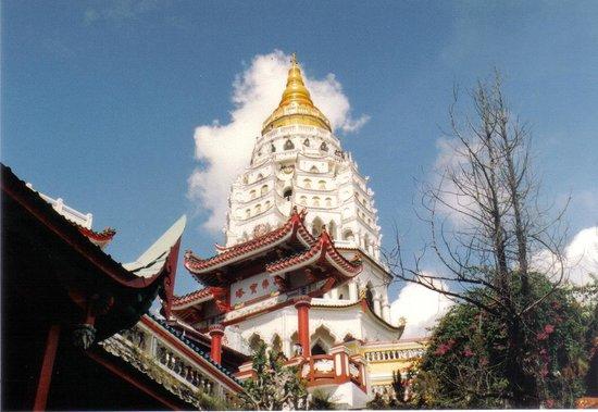 Kek Lok Si Temple: la guglia della pagoda principale dal basso