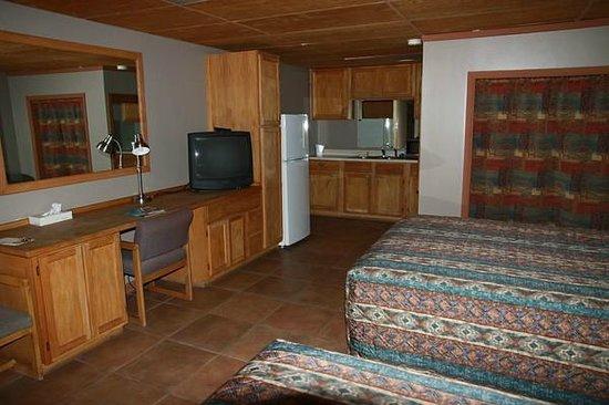 Rustic Inn: Unser Zimmer mit 2 Queen-Betten, Kühlschrank und Küchenzeile