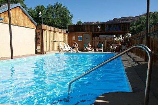 Rustic Inn: der Pool im Innenhof