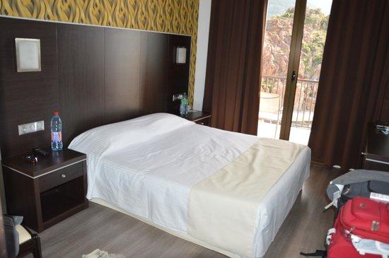 Hotel Les Flots Bleus : Belle chambre avec une bonne literie