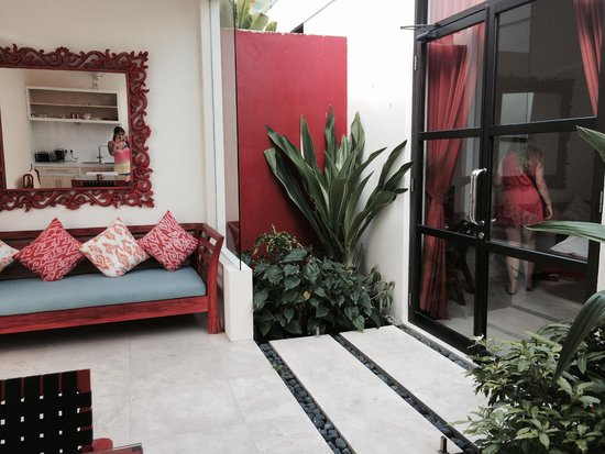 Bali Ginger Suites & Villa : Sitting area/patio in front of bedroom