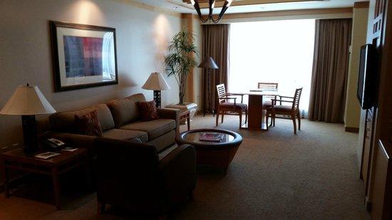 Pechanga Resort and Casino: Full dining area next to the living room.