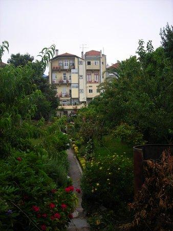 Hotel Estoril Porto: Vue de l'hôtel du fond du jardin