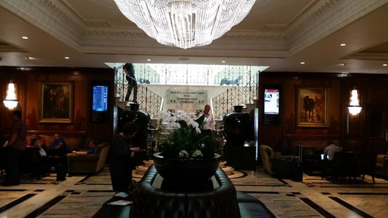 Radisson Blu Edwardian Heathrow Hotel: Beautiful lobby.