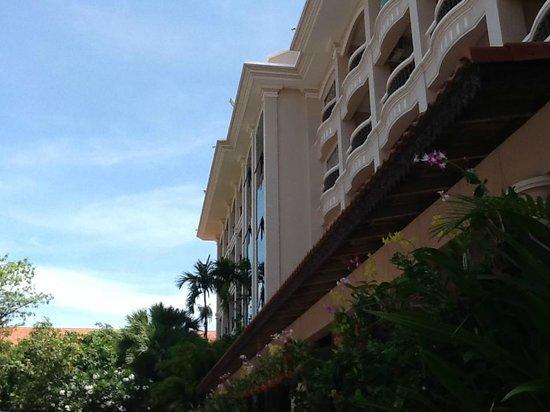 Hotel Somadevi Angkor Resort & Spa: l'hôtel côté piscine
