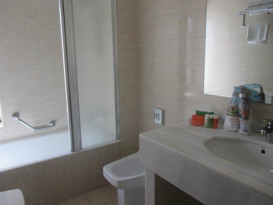 NH Oviedo Principado: Baño espacioso y de mármol